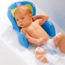 Baby in groot bad doen